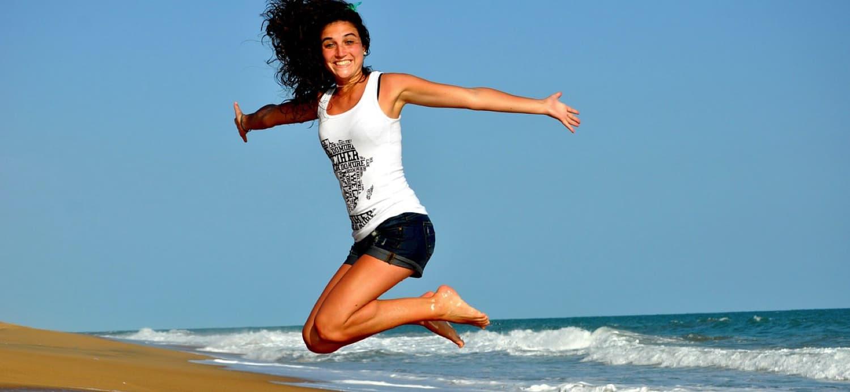 pige hopper på stranden