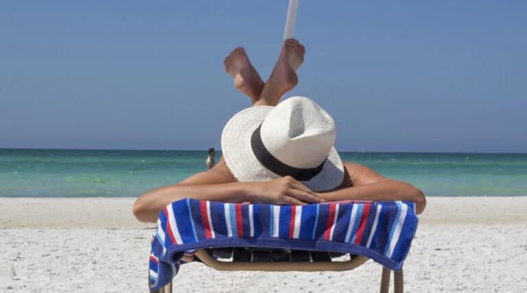 pige solbader på stranden
