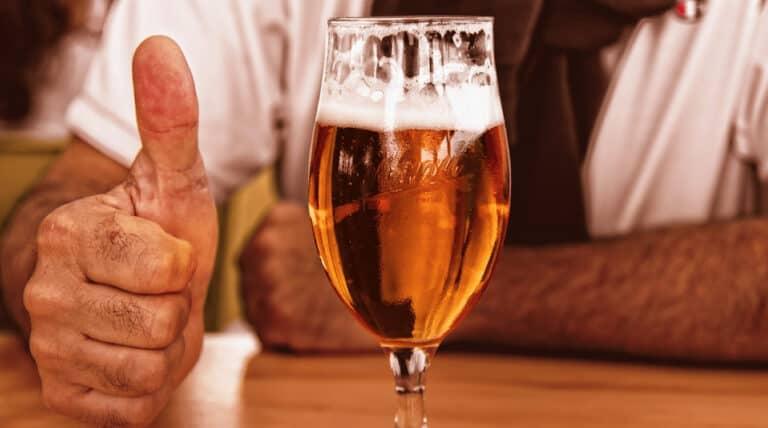 mand med øl