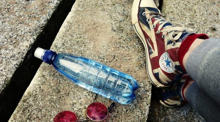 vand i flaske og converse sko