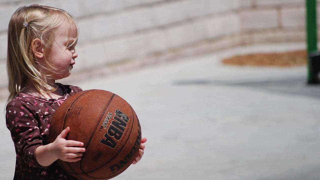 pige med basketball
