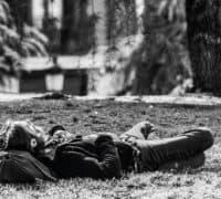 mand udøver mindfulness på jorden