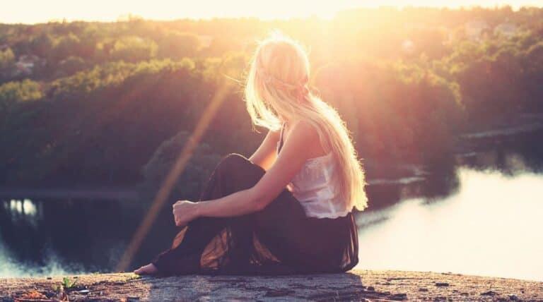lyshåret pige sidder på kløft