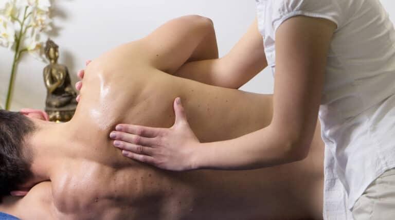 kvinde bruger osteopati på mand