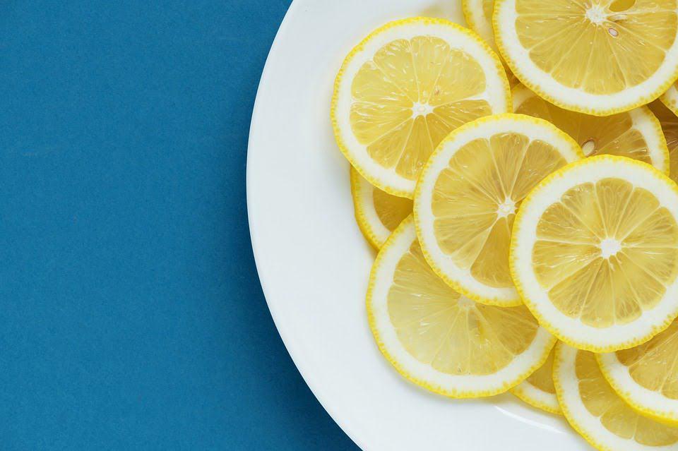 Citron på en tallerken