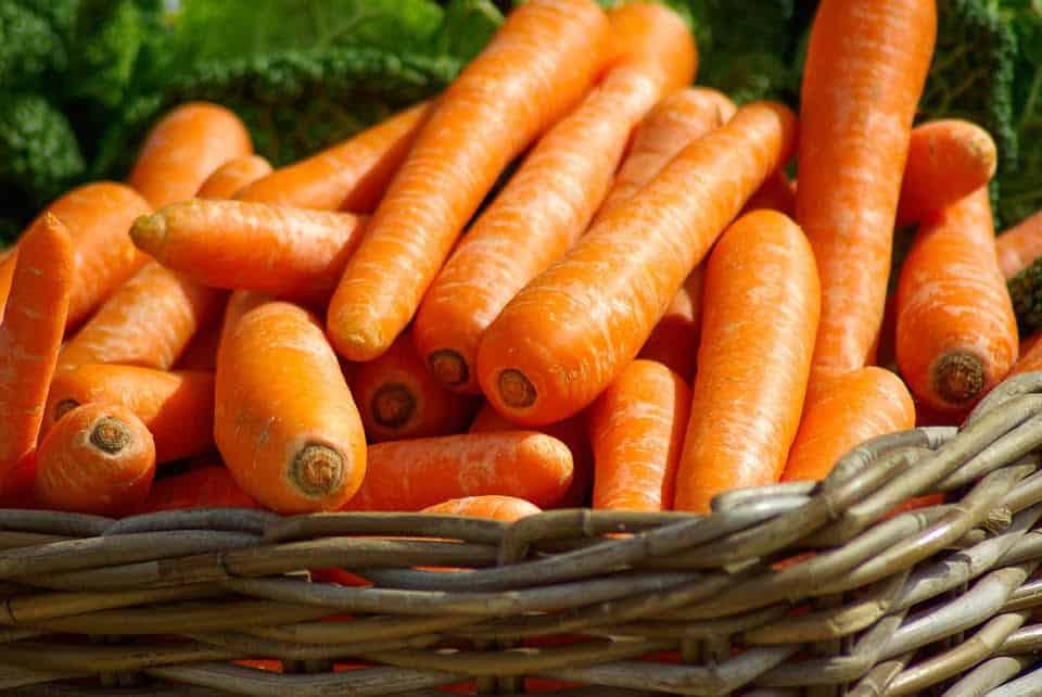 Gulerødder i en kurv