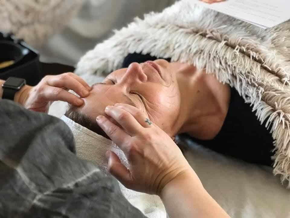 kvinde for kropsterapi ved hovedet