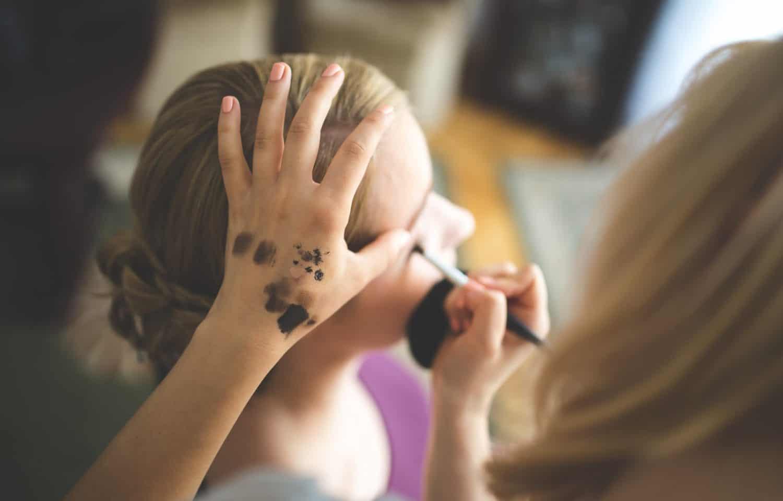 Kvinde der bruger eyeliner