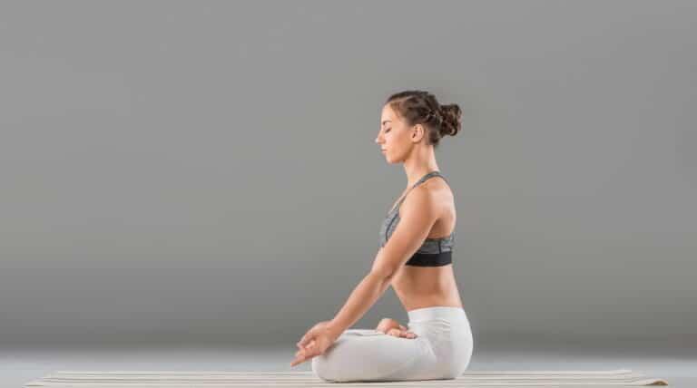pige laver yoga øvelsen Lotus