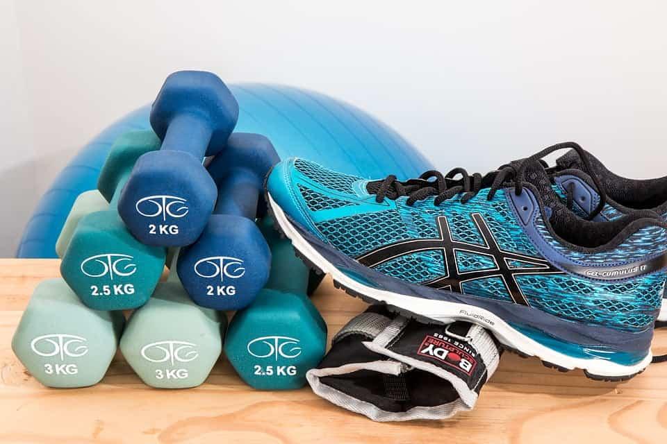 2 kg håndvægte, træningssko og knæ støtter