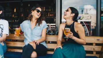 To damer der drikker en øl