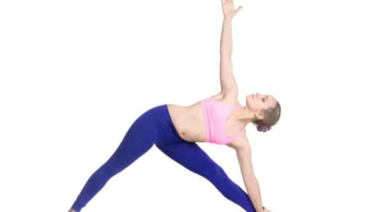 veltrænet pige laver yoga øvelsen Trekant