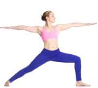 trænet pige udføre yogaøvelsen Warrior / Krigeren
