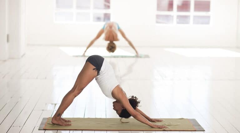 2 piger laver yoga øvelser