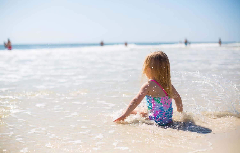 lille pige i havvand